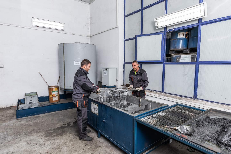 Das Foto von Jugo-Impex-Mitarbeitern im Behandlungsprozess - Jugo-Impex - Dienstleistungen zur Behandlung gefährlicher Abfälle
