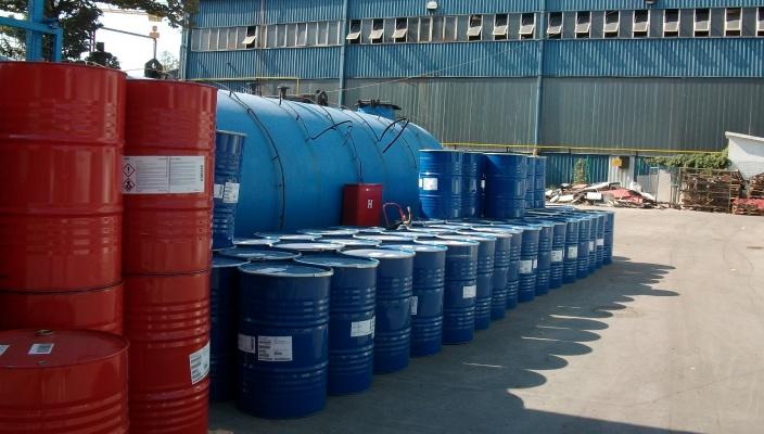 Das Foto von sicher entsorgten Abfällen in Fässern - Jugo-Impex- Lagerung und Entsorgung gefährlicher Abfälle